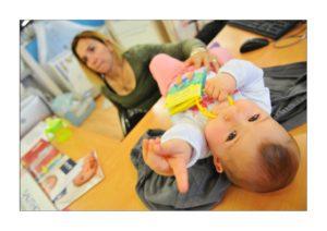Mère et son enfant sur le bureau