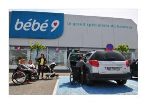 Parents handicapés devant un magasin de puériculture